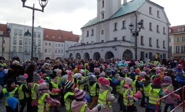 2018.03.21 Powitanie Wiosny przez Przedszkolaków - Zumba na Rynku''